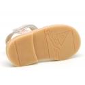 Menorquina Velcro piel suave nacarada con encaje.