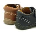 Zapato tipo náutico para peques con velcro en piel lavable.