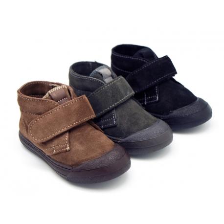 Botita sport tipo zapatilla con puntera y sin cordones en piel serraje.
