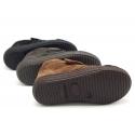 Botita sport tipo zapatilla con puntera y velcro en piel serraje.