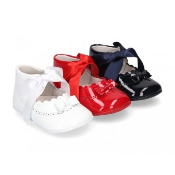 Baby little Mary Jane shoes angel style in patent leather for babies.