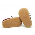 Zapatito bebé tipo BLUCHER con flecos y suela flexible en piel serraje.