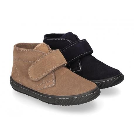 Botita sport tipo zapatilla para vestir con velcro en piel serraje.