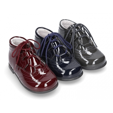 Patent leather classic english style bootie for first steps.