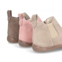 Suede leather little ankle boots with zipper, toe cap and counter for first steps.