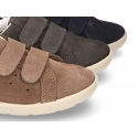Casual tennis shoes laceless in suede leather.
