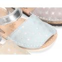 Nueva Menorquina Velcro en piel serraje con destellos y suela flexible.