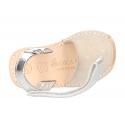 Menorquina cierre adherente en piel serraje con destellos y suela flexible.