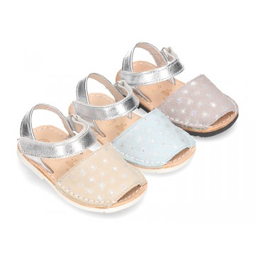 New Menorquina sandals with velcro strap in suede leather with shiny effects.