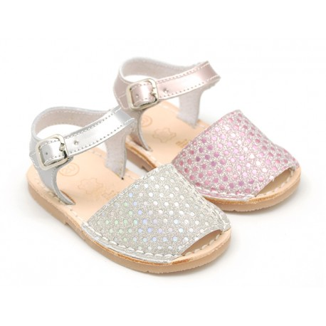 New Menorquina sandals in satin leather with shiny effects.