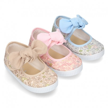 Cotton canvas Little Mary Janes with velcro strap and english print.