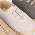 Zapato o Alpargata tipo Blucher con cordones en serraje.