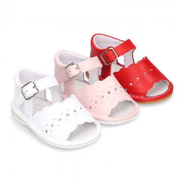 Sandalia ondas y diseño troquelado en piel para bebés.