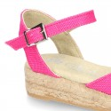 Alpargata tipo sandalia con hebilla en lona.