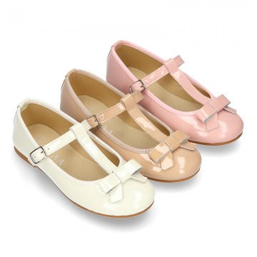 Patent leather T-strap little Mary jane shoes with ribbon and buckle fastening.