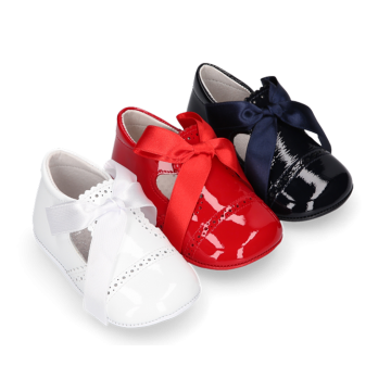 Classic dress shoes angel style with ties closure in patent leather.