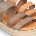Sandalias tipo alpargata con tiras grabadas en piel.
