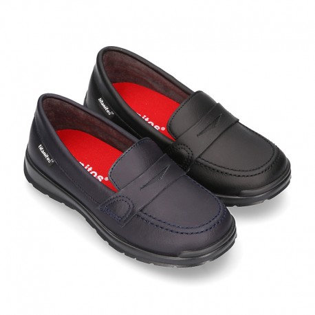 Unisex Moccasin style school shoes in washable leather.