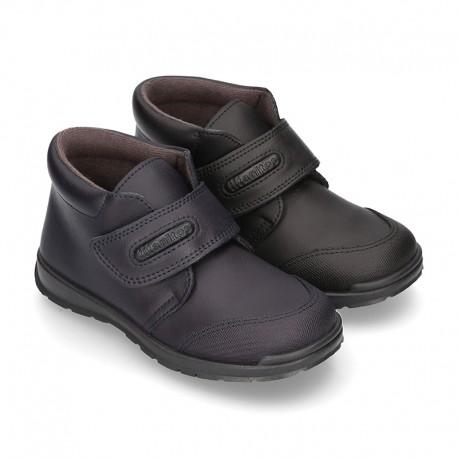Zapato colegial tipo Botita con velcro en piel lavable.