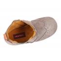 Botín tipo zapatilla con cremallera, picados y elástico en piel serraje.