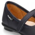 Zapato colegial tipo Mercedita con cierre adherente y lazo en piel lavable para niñas.