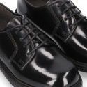 Laces up shoes closed with ties in ANTIK leather.
