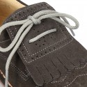 Zapatito tipo Blucher con lengüeta con flecos y picados en serraje.