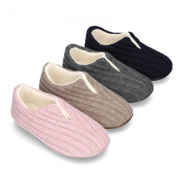 New closed Home shoes in wool knit with central opening.