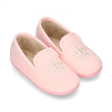 Nuevas zapatillas de casa en lana rosa con bordado corona plata.