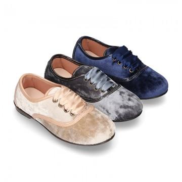 Zapato tipo Blucher con lazos en TERCIOPELO NACARADO.