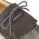 Zapatito tipo blucher con lengüeta con flecos y picados en piel combinada.