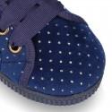 Zapatilla tipo BAMBA con cordones en terciopelo con brillos.