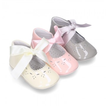 Little Mary Jane shoes angel style with ties in patent leather for baby.