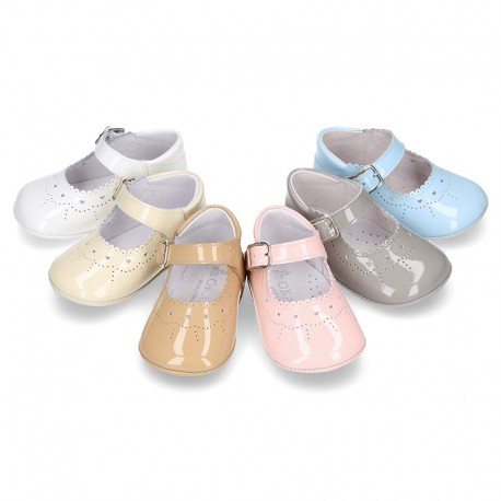 Soft Patent leather Little Mary Jane shoes for baby with buckle fastening.