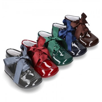 Little ankle boot shoes for baby with ties in patent leather.