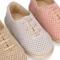 Zapato o Alpargata tipo Blucher con cordones y picados en piel serraje.