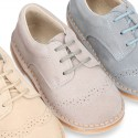 Zapato tipo Blucher en colores pasteles con picados en piel serraje.