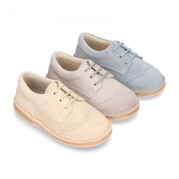 Zapato tipo Blucher en colores pasteles con picados en piel serraje. 1fa9dd46b1973