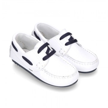 Classic white nappa leather Boat shoes with shoelaces and soles in navy color for kids.