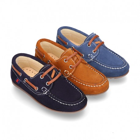 Classic suede leather Boat shoes with shoelaces and driver type soles for Spring summer.
