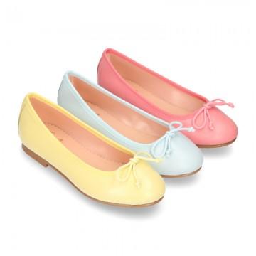 FASHION Extra soft leather ballet flats with adjustable ribbon.