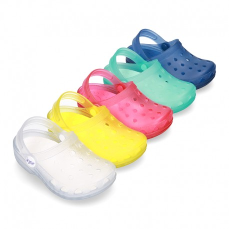 Plain colors jelly shoes with classic CLOG design for beach and pool use.