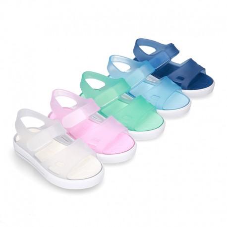 Cangrejera tipo sandalia con Velcro y suela tipo tenis.