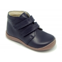 Ankle boot shoes for first steps with toe cap, counter and velcro strap in leather.