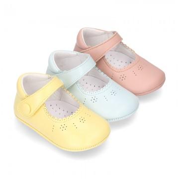 Nueva Mercedita bebé con velcro botón en piel napa en colores de temporada.