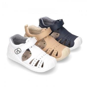 Nueva Sandalia niños pequeños con velcro, puntera y talonera en piel lavable.