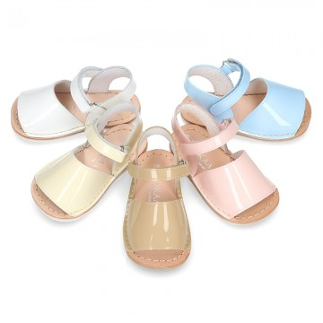 Baby Menorquina sandal shoes in patent leather.