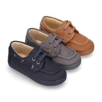 Autumn winter WAXED canvas boat shoes with shoelaces closure.
