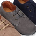 Laces up shoes in suede leather for kids.