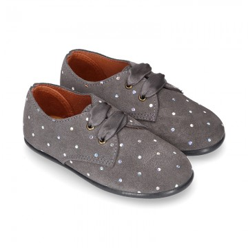 Laces up shoes in PUNTI suede leather for kids.